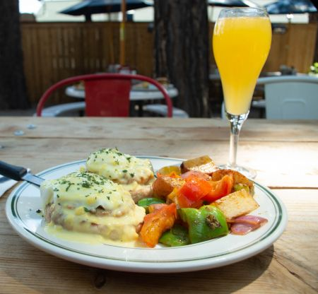 Crosby's Tavern, Country Benny